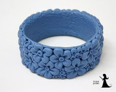 Bracelet en argile polymère avec fleurs petit filigrane, couleur bleu jeans. Le bracelet est fait sans moules. Chaque petit détail est sculpté à