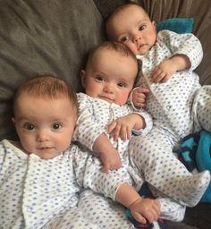 Descubrir que estás esperando trillizos puede ser un shock para muchas madres. Por eso, cuando los médicos dijeron a Becki-Jo Allen, de 23 años, que tenía tres bebés en su barriga, se llevó la sorpresa de su vida. Pero una vez Beck-Jo dio a luz, recibió otra sorpresa para la que nadie estaba preparado: resulta que sus tres hijos recién nacidos eran trillizos idénticos. ¿Cuáles son las probabilidades?Una en 200 millones. Hace dos años, Becki-Jo Allen y Liam Tierney tenían una buena noticia…