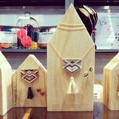 "Les kits ""Peyote"" vous attendent en boutique et sur notre site… Diy Jewelry, Beaded Jewelry, Handmade Jewelry, Jewellery, Jewelry Patterns, Beading Patterns, Native American Beading, Bijoux Diy, Peyote Stitch"