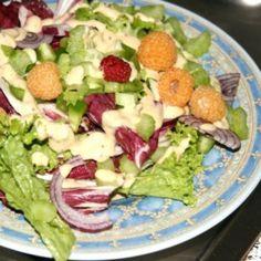 Rezept für Salat mit gelben Himbeeren und Balsamico-Joghurt Dressing    #kochen #rezepte #kochrezepte #salat