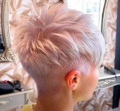 Kurze rosa Frisuren The Effective Pictures We Offer You About hair peinados trenzas A quality pictur Blonde Pixie Haircut, Short Pixie Haircuts, Short Hairstyles For Women, Blonde Pixie Hairstyles, Cropped Hairstyles, Short Hair Cuts For Women Pixie, Super Short Pixie Cuts, Pixie Haircut Styles, Straight Haircuts