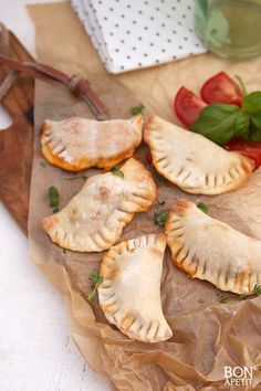 Super coole mini pizza Calzone, zeker weten een succes bij groot en klein! Lekker bij de borrel of als zondagse lunch! Lees verder op BonApetit! Calzone, Cheese Platters, Bon Appetit, Camembert Cheese, Minis, Tapas, Stuffed Mushrooms, Vegetables, Party