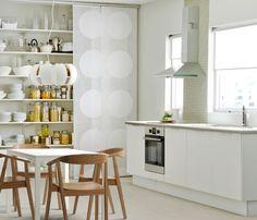 Простая кухня с обеденным столом и скрытыми полками (Икея)