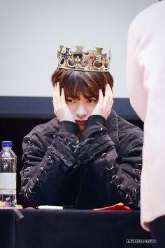 lee know crown Stray Kids Minho, Lee Know Stray Kids, Stray Kids Seungmin, Surfer Guys, First Love Story, Cute Asian Guys, Perfect Boyfriend, Kid Memes, Fandom