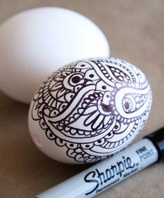 Doodle Easter Eggs, So Pretty! Wow I can't even doodle this good with a pencil more less a sharpie. Spring Crafts, Holiday Crafts, Holiday Fun, Easter Projects, Easter Crafts, Easter Ideas, Egg Crafts, Sharpie Eggs, Sharpies