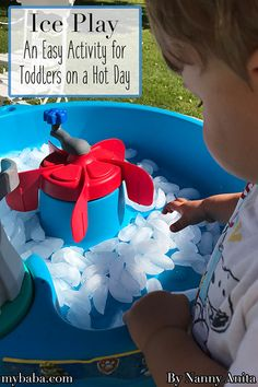 Ice play for toddlers - the perfect activity for a hot day. Outside Activities, Infant Activities, Educational Activities, Things To Do Inside, Fun Things, Sensory Table, Sensory Play, Ice Play, Discovery Bottles
