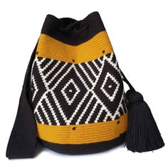 The stunning, one-of-a-kind Wayuu bag has been carefully crocheted by indigenous women from the desert of La Guajira, Colombia. Crochet Handbags, Crochet Bags, Knit Crochet, Diy Crochet Patterns, Tapestry Crochet Patterns, Felt Purse, Tapestry Bag, Boho Bags, Fashion Models