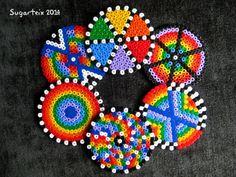Conjunto de posavasos redondos arco iris en hama midi que alegrarán tu mesa. Si te gusta puedes adquirirlo en nuestra tienda on-line: http://www.mistertrufa.net/sugarshop/ Ver más en: http://mistertrufa.net/librecreacion/groups/hama-beads/