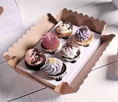 Cardboard box holds 6 cupcakes in insert with clear lid. Cake Boxes Packaging, Cupcake Packaging, Baking Packaging, Dessert Packaging, Banana Split, Cop Cake, Cake Shapes, Bakery Business, Cupcake Boxes