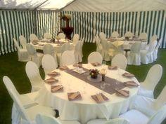 Witte tafels en stoelen