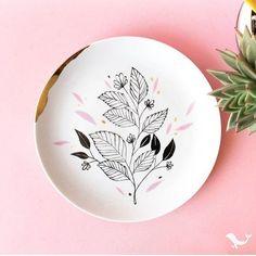 Não tô sabendo lidar com a maravilhosidade que são os pratos decorativos da @studiopamelitas. Tem uns de cactos que são amor puro e verdadeiro Vou começar a compartilhar mais dicas de lojinhas fofas de decor aqui com vocês
