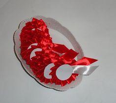 Jakiś czas temu wykonałam kotyliony na święto niepodległości na specjalne zamówienie.  Wykonuję kotyliony okolicznościowe (wesele, bale itp) na zamówienie. Dowolne inne wzory i kolory. Możliwość zamówienia dowolnej ilości kotylionów. Zapraszam na swój profil - więcej wzorów kotylionów.  Kontakt:  Tel. 727507838 Mail: ulcia1710@poczta.onet.pl Fanpage: https://www.facebook.com/wylegarniarozmaitosci/?ref=aymt_homepage_panel