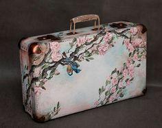 Decoupage Suitcase, Painted Suitcase, Suitcase Decor, Decoupage Box, Decoupage Vintage, Vintage Crafts, Cute Suitcases, Vintage Suitcases, Vintage Luggage
