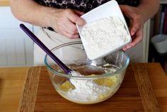 Dans un bol, versez le beurre mou coupé en dés. Ajoutez le sucre.