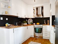 A small flat with a difficult layout and great decorating solutions Wooden Countertops, Cabinets And Countertops, Nordic Kitchen, Scandinavian Kitchen, Kitchen Black, Open Kitchen, Scandinavian Style, Small Space Kitchen, Kitchen On A Budget