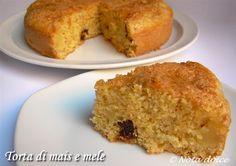 La torta di mais e mele è una torta altae soffice senza burro, arricchita con cubetti di mela e resa particolarmente morbida dallo yogurt nell'impasto