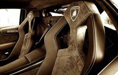 zengame: 後ろの席から肩揉んでもらうにはいいデザイン。後ろに人座れないけど。 2012-02-11