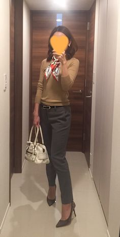 Beige sweater: Drawer, Grey pants: Des Pres, White bag: J&M DAVIDSON, Beige pumps: Jimmy Choo