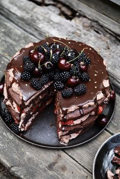 Chocolate layer cake with cocoa whipped cream and berries – Frederikke Wærens - Matoppskrifter - Cake Easy Cake Recipes, Baking Recipes, Sweet Recipes, Dessert Recipes, Delicious Desserts, Yummy Food, Let Them Eat Cake, Yummy Cakes, Cupcake Cakes