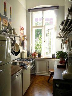 Schöne schmale Küche in einer Altbauwohnung