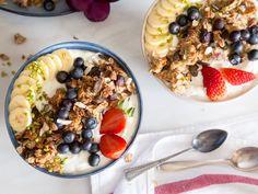 Greek Yogurt Breakfast Bowl mit Blaubeer-Granola und Nüssen