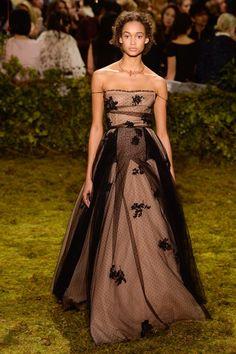 Christian Dior Spring 2017 Couture Collection Photos - Vogue (tecido e combinação de cores)