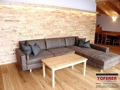 Gemütliche Couch mit Stoffbezug und Longchair vor Holzverkleidung - Toferer - Bischofshofen Couch, Furniture, Home Decor, Wooden Panelling, Classic Furniture, Living Room Ideas, Interior Designing, Homes, Settee