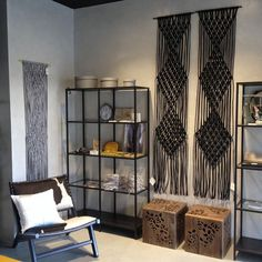 Macrame Pieces, Barcelona, Love this Macrame Design for above our Stairwell! Macrame Design, Macrame Art, Macrame Projects, Macrame Modern, Handmade Home Decor, Diy Home Decor, Handmade Items, Thema Deco, Macrame Curtain