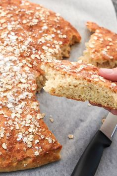 Tämä gluteeniton peltileipä on helppo tehdä. Valmis leipä on ihanan maukas ja pehmeä! Kurkkaa ohje! #gluteeniton #leivonta #peltileipä #leipä Krispie Treats, Rice Krispies, Brunch, Baking, Breakfast, Desserts, Food, Morning Coffee, Tailgate Desserts