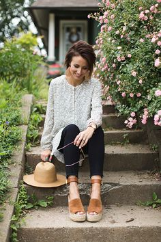 Love this look! Floral tunic, rose gold leather earrings, hat + wedges. Spring outfit perfection.