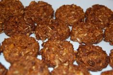 1 cup oatmeal cup molasses 2 carrots or an apple 1 tablespoon sugar 1 cup flour cup water Pinch of salt Preheat the oven to 350 degrees. Roughly chop carrots or apple and mix wit Homemade Horse Treats, Biscuits, Horse Cookies, Horse Grooming, All About Horses, Horses And Dogs, Horse Tips, Pet Treats, Horse Care