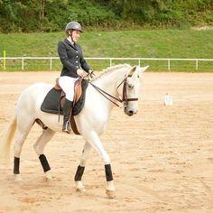 Il réussit à me faire croire à mon propre bonheur. #amour #bonhomme #Noa #Nomade #deBelcharm #horse #whitehorse #horseriding #dressage #home #COPC #Besançon #FrancheComté #famille #love #perfect #perfectmoment #instamoment #horseofinstagram #equestrian #equestrianlady #french #girl #cavalière #retrouvailles #happy #bonheur #intense
