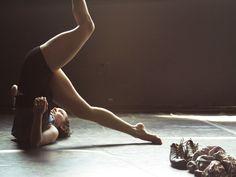 """No sábado, dia 7 de setembro, às 21h, a Cia. Fragmento de Dança, de São Paulo, apresenta o espetáculo """"Nuvens Insetos"""", no Teatro Hermilo Borba Filho."""