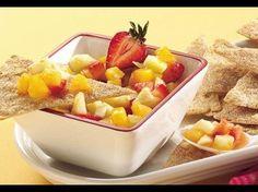 Kann man Waffeln und Salsa als Nachtisch genießen? Und ob – zumindest, wenn es diese fruchtig-frische Salsa mit Pfirsich-, Apfel-, Erdbeer- und Orangenstückchen ist, gereicht zu knusprig gebackenen Zimt-Tortilla-Waffeln.