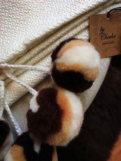 Los pompones de esta manta!!  Mantas tejidas en telar manual 50% merino, 50 % acrílico. Te esperamos!! www.bychecha.com.ar