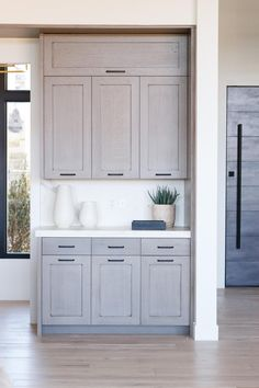 Modern And Trendy Kitchen Cabinets Ideas And Design Tips – Home Dcorz Kitchen Cabinets To Ceiling, Grey Cupboards, Stained Kitchen Cabinets, Refacing Kitchen Cabinets, Cabinet Refacing, Cabinet Makeover, Cabinet Ideas, Soapstone Kitchen, Glass Cabinets