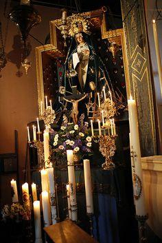 Het altaar van Onze Lieve Vrouwe van de Besloten Tuin, de Bedroefde Moeder van Warfhuizen in vol ornaat Madonna, House Of Gold, Morning Star, Statues, Holi, Chandelier, Ceiling Lights, Hail Mary, Effigy
