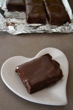 Brownie Sheet Cake - this dessert recipe is so good. It's a mix between a brownie and chocolate sheet cake. Just Desserts, Delicious Desserts, Dessert Recipes, Cake Cookies, Cupcake Cakes, Cupcakes, Chocolates, Greek Sweets, Sheet Cake Recipes