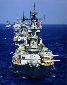 La Marina de los Estados Unidos de los años 1980 combate la línea. Acorazados USS Nueva Jersey (BB-62) y Missouri USS (BB-63) y crucero de misil teledirigido USS Long Beach (CGN-9).