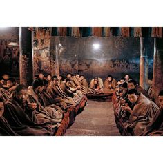 """""""Mi piace"""": 65.5 mila, commenti: 285 - Steve McCurry (@stevemccurryofficial) su Instagram: """"I photographed these Buddhist monks having tea in the Tashilhunpo Monastery in Xigaze, Tibet. The…"""""""