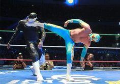 """Si nos ponemos pamboleros """"a estas alturas del partido"""", ya sabrás que Volador Jr perdió con la Sombra en la lucha estelar del 80 aniversario del CMLL, un duelo que causo polémica, no por el resultado en sí, más bien por la forma en la que se llegó a este."""
