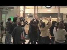 Una nova forma d'atraure els vianants. Una botiga japonesa fa servir maniquins que es mouen imitant el moviment de qui està davant.