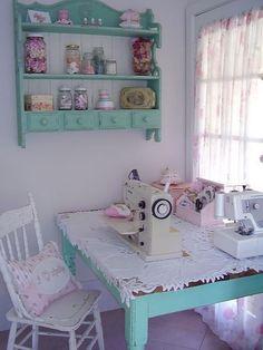 Rincones de costura con estilo vintage. Estampados florales. Muebles en color azul pastel. #costura #estilovintage