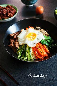 Aujourd'hui je vous présente le bibimbap, un plat coréen beau et savoureux, composé de riz et de petits légumes, le tout à la sauce asiatique!