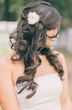 Encontrar o penteado perfeito para seu casamento pode ser um grande desafio. A saída para noivas que preferem a simplicidade, pode ser o cabelo meio preso, ideal para cabelos longos e