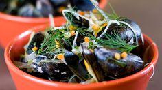 Her får du oppskriften på blåskjell hvor kraften kokes inn til suppe som du spiser samtidig. Kokk Andreas Myhrvold viser deg hvordan det gjøres. Foto: Ole Andreas Bø/NRK Mussels, Crabs, Scallops, Men, Seared Scallops, Clams, Blue Mussel, Guys