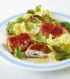 Putenpäckchen mit Salat: Die Putenmedaillons füllen wir mit Salbeiblättchen und umwickeln sie mit Parmaschinken, dazu gibts einen leichten Salat.