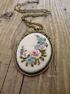 Aguja fieltro collar con flores bordadas por LittleAnaAccessories