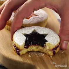 Deliciosas Galletas Rellenas de Mermelada We give you the best recipe for Jam Stuffed Cookies for th Cake Filling Recipes, Jam Recipes, Sweet Recipes, Cookie Recipes, Köstliche Desserts, Delicious Desserts, Dessert Recipes, Yummy Food, Tasty