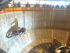 Pitt's Wall of Death is a wooden cylindrical steep wall with a diameter of 12 meters and a height of eight meters. Several motor cyclist race along the wooden wall, held only by the centrifugal force generated. Their bikes are as old as the establishment itself, which was founded in 1932.